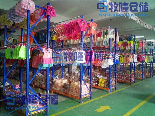 牧隆就专门为他设计了一款适合他们仓库储存的挂衣服的架子.